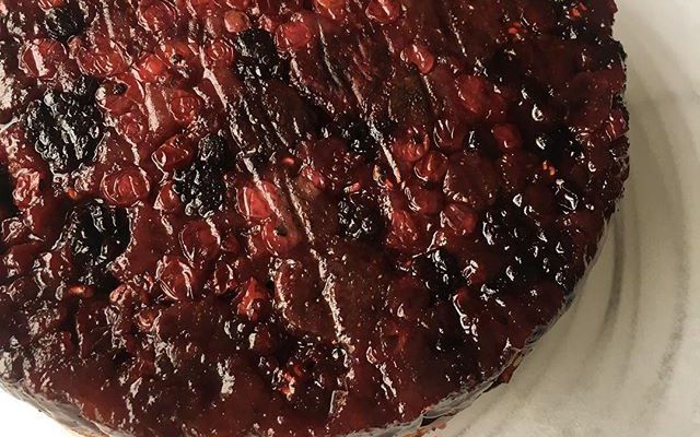 ミックスベリーのアップサイドダウンケーキ