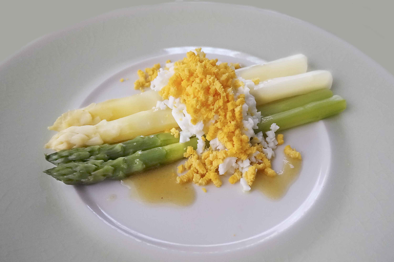 アスパラをおいしく食べるプロの茹で方と「アスパラガスのミモザサラダ」