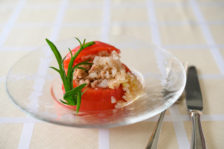 完熟トマトでつくる「湯むきトマトのファルシーサラダ」