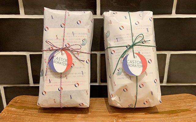いつもお世話になっているローカルコーヒースタンドさん @thelocal2016 にダークケーキとシュトーレンを置かせてもらっています。予約してませんけど、買いたかったです!って方はどうぞ、寄ってみてください。ラボの方でも受け取れますのでそちらがいい方はご連絡ください。トリコロールの紐🧵がダークケーキミドリの紐🧵がシュトーレン見た目があまり変わらないので気をつけてお買い求めください。よろしくお願い申し上げます。 (Instagram)