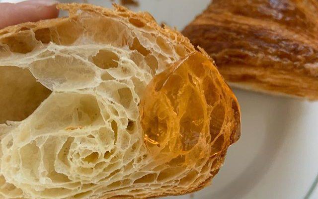 —–藤野貴子のお菓子通販—– ★桜スコーン 4個入り ¥1200桜の花の塩漬けとルビーチョコレートのスコーン –★フランス産クロワッサンとパンオショコラ ¥1200フランスの粉とバターでフランスのパン職人が作った生地を輸入して、焼いてお届け〜お好みのパンを4つ選んでください。選択されてない方はクロワッサンとパンオショコラ 2個づつお入れします。 ★レシピと材料セット ¥3800<1つ目のお菓子> アメリカンドロップクッキーむかーしNYに食べ歩きした時にものすごく美味しかったクッキーを再現しました。しっかりと甘くチョコレートとクルミがゴロゴロと入ってます。焼き加減や好みによってしっとり出来ます。あとは、少ない道具でできるし、生地も丸めるだけだから、お子さんとも楽しめると思います! –<2つ目のお菓子>サワーチェリーのアップサイドダウンケーキ好みのフルーツで出来るので一度覚えたら何度でもすぐに出来ます。型も丸くても、四角くても、パウンド型でもなんでも大丈夫です。 <3つ目のお菓子>ガトーショコラクラシックカストールで35年愛され続けた永遠のチョコレート菓子。紙型も一緒ですぐに焼けます〜。 クロネコヤマト代引きクール送料で¥1300です。(北海道と沖縄だけ少し差額頂きます)希望の方はメールまたは、DMで①お名前②ご住所③電話番号④希望する商品を必ず書いてご連絡ください。よろしくお願い申し上げます。#カストール通販情報 ② (Instagram)