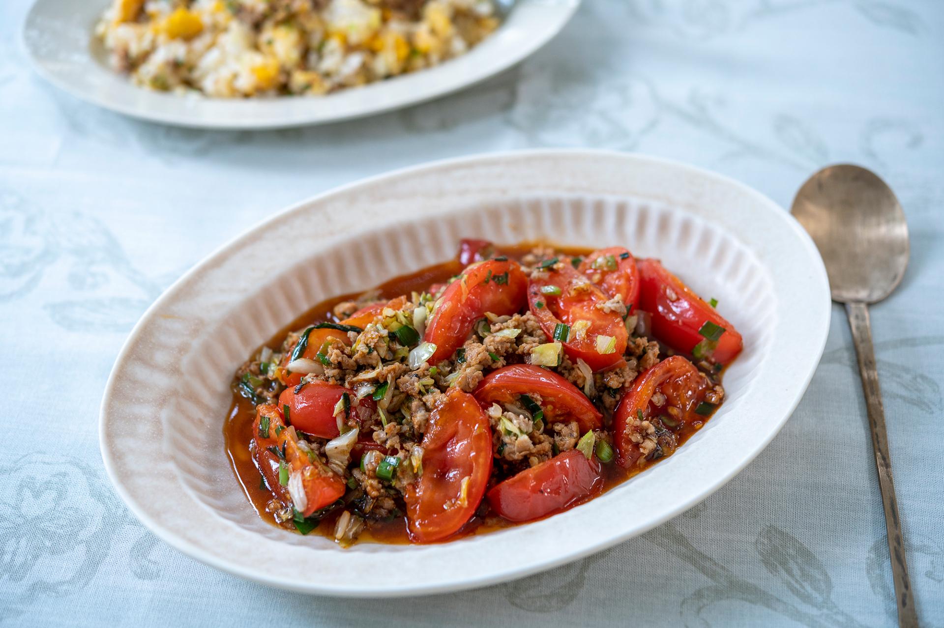 残った餃子のタネの活かし方2選 「簡単炒飯」と「トマト野菜炒め」